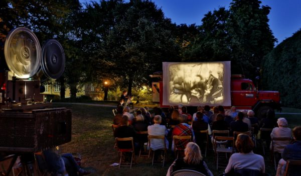 """Region Hannover, Gartenregion, Wanderkino im Amtsgarten von Schloß Landestrost, Film: Fritz Lang """"Die Spinnen"""" Foto: Mirko Bartels"""